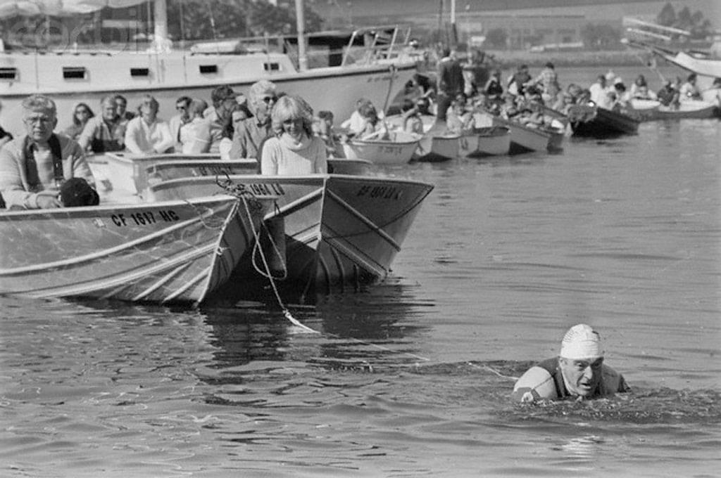 Jack Lalanne im Wasser wie er 70 Rettungsboote zieht | Dein Personal Trainer Berlin