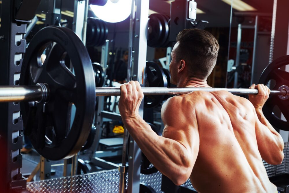 Muskulöser Mann bei Gewichtheben   Dein Personal Trainer Berlin