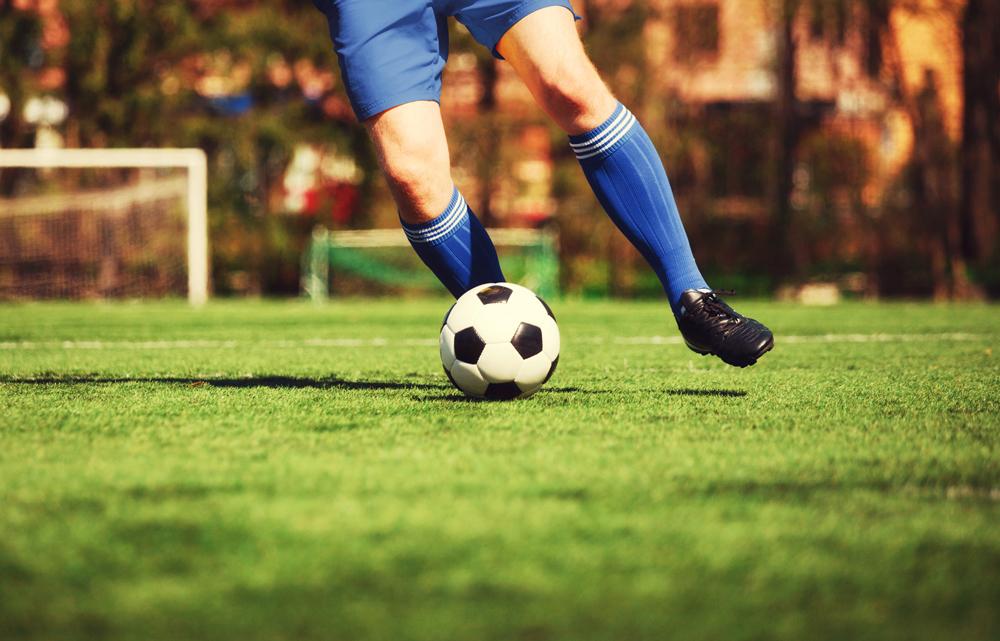 Mann beim Fußball spielen | Dein Personal Trainer Berlin