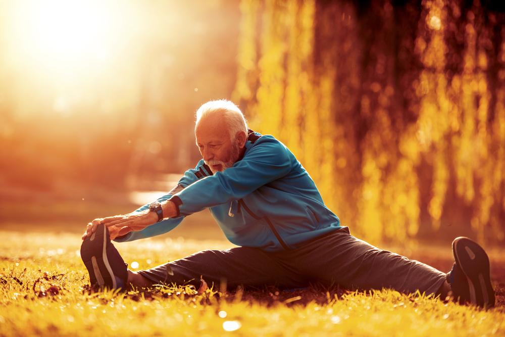 Älterer Mann beim Dehnen   Dein Personal Trainer Berlin