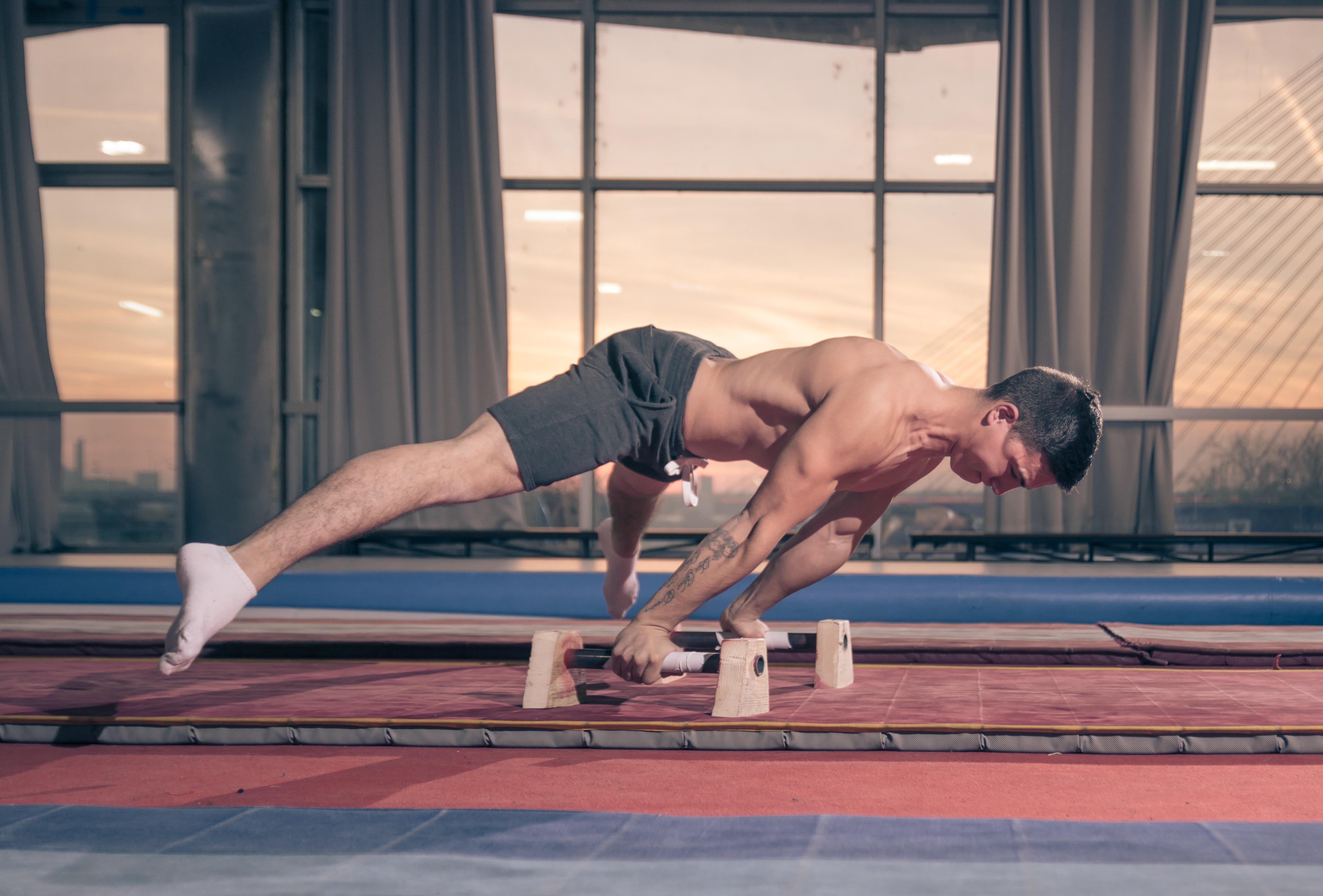 Mann macht Handstand   Dein Personal Trainer Berlin
