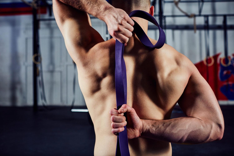 Mann beim Faszientraining mit Dehnbändern | Dein Personal Trainer Berlin
