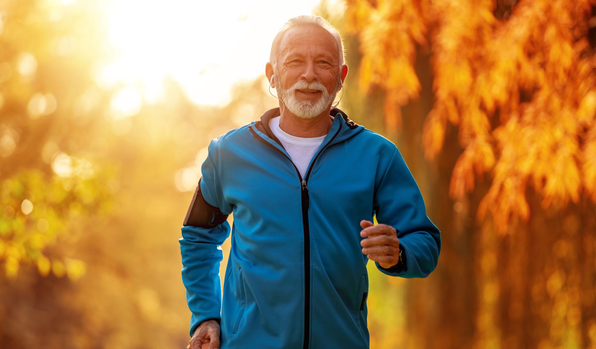 Älterer Mann beim Trainig | Dein Personal Trainer Berlin
