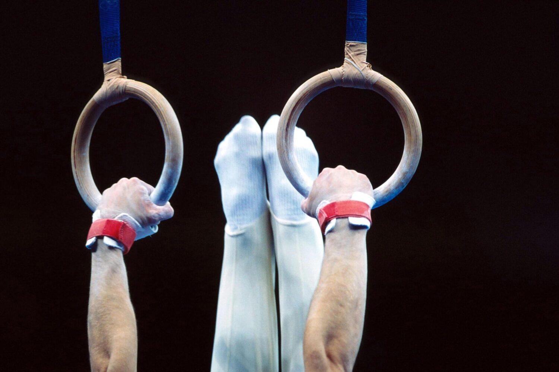 Mann beim Turnen an Ringen | Dein Personal Trainer Berlin