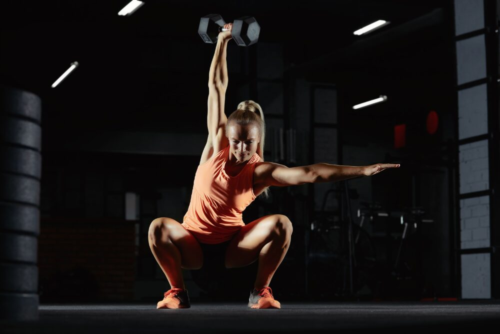 Frau beim Gewichtheben | Dein Personal Trainer Berlin