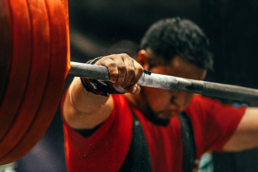 Mann beim Gewichtheben   Dein Personal Trainer Berlin