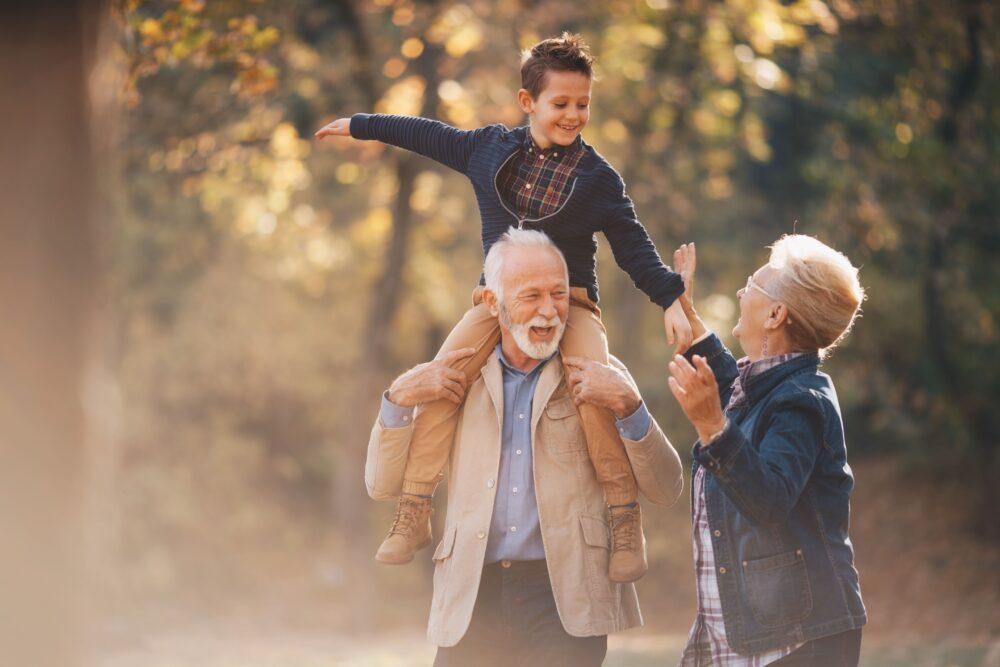 Großeltern mit Enkel im Wald   Dein Personal Trainer Berlin