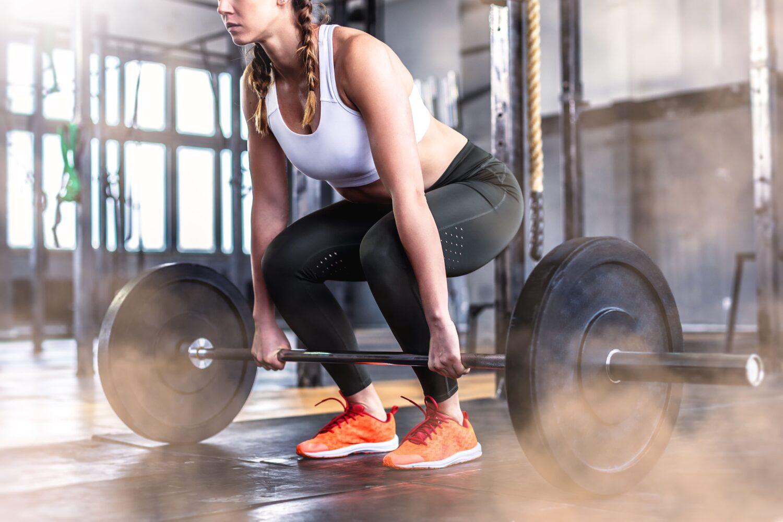 Frau beim Gewichtheben   Dein Personal Trainer Berlin