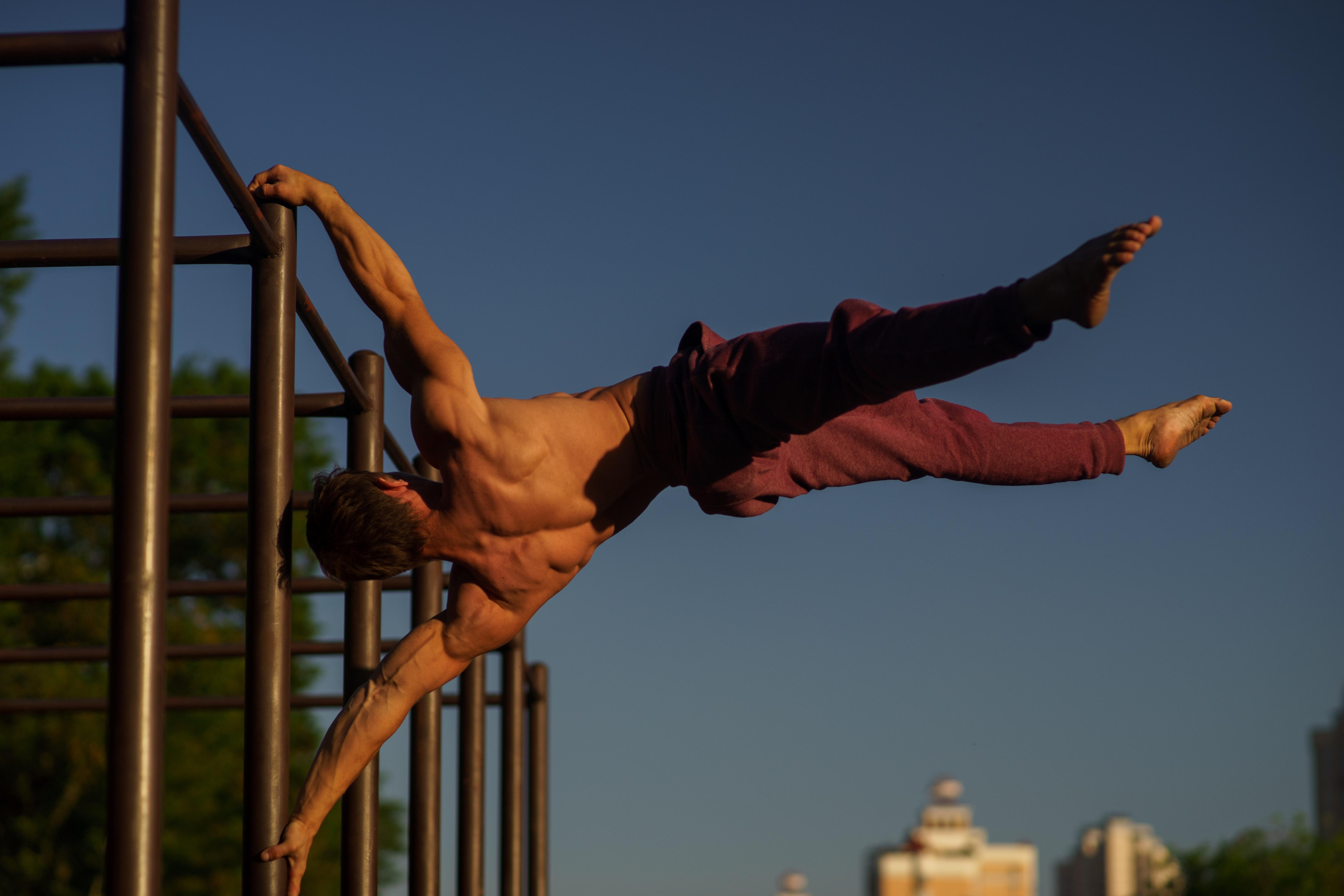 Mann beim Calisthenics Training am Gerüst | Dein Personal Trainer Berlin