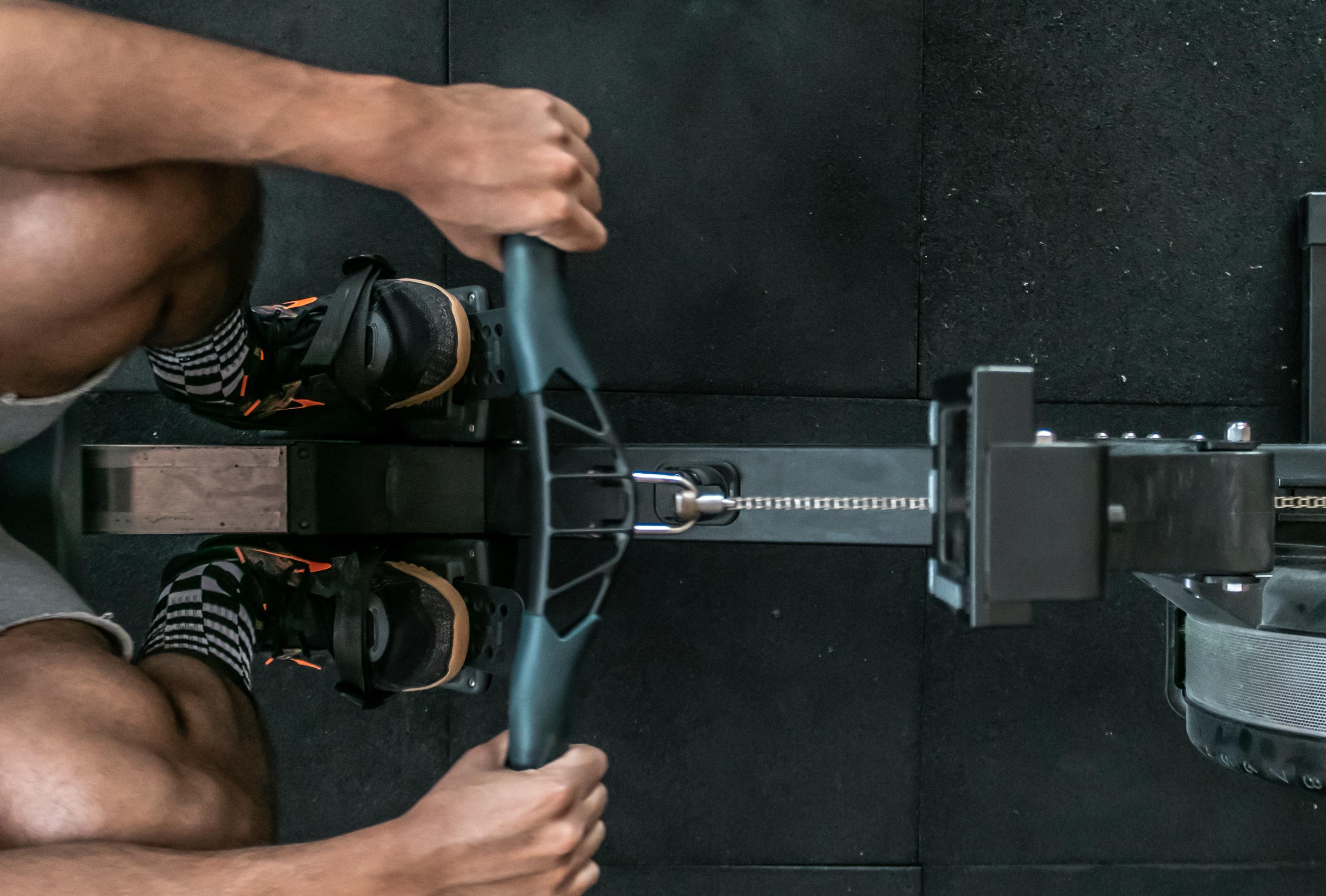 Mann beim Rückentraining auf Rudergerät | Dein Personal Trainer Berlin