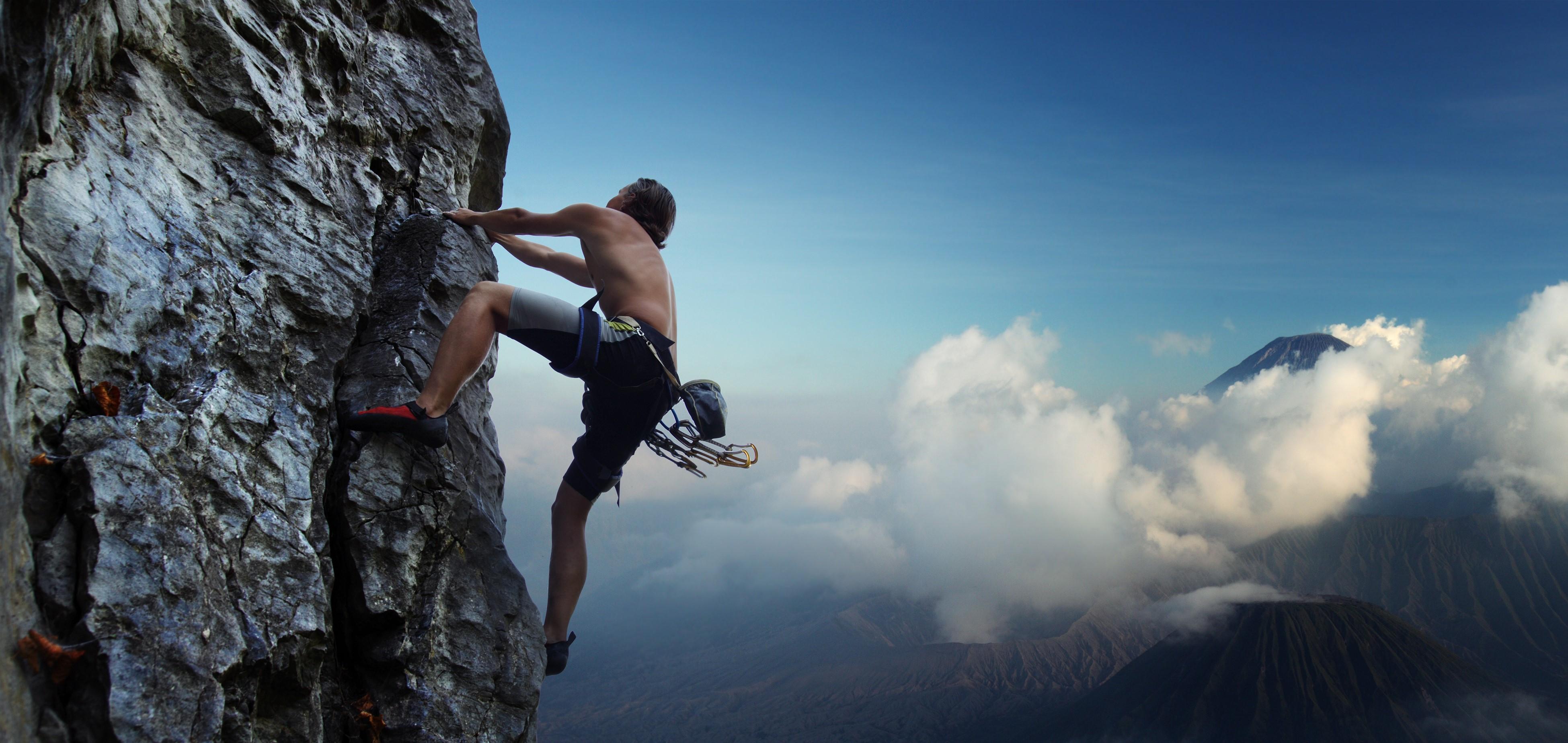 Mann beim Klettern am Berg | Dein Personal Trainer Berlin