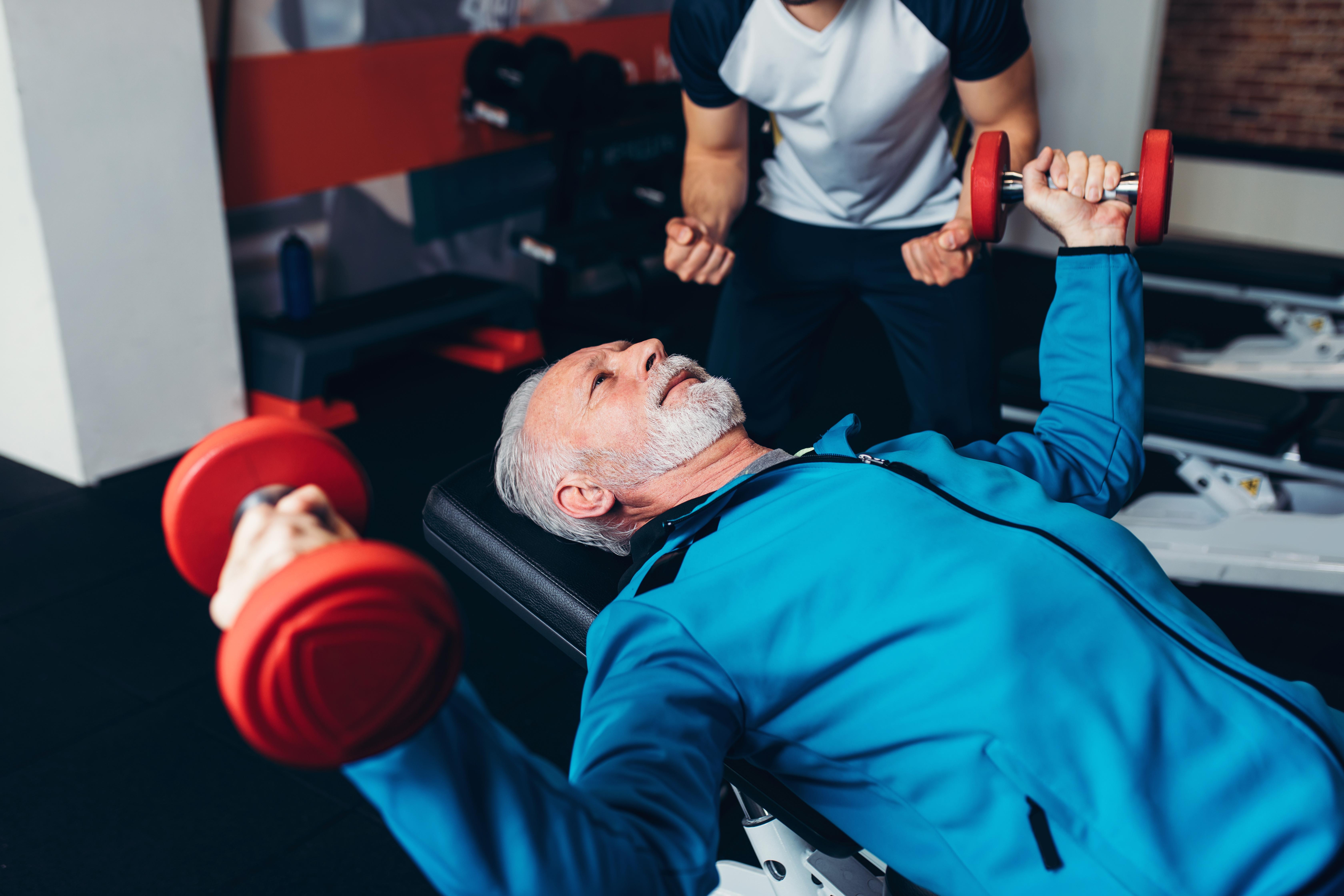 Älterer Mann beim Training | Dein Personal Trainer Berlin